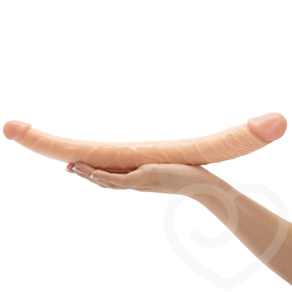 dobbelt dildo realistisk dolbbeltdidlo holdt i hånd på hvid baggrund
